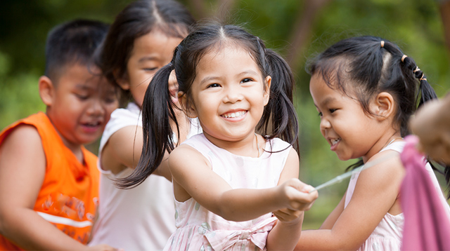 7 Early Signs That Show Your Child May Grow Up to Be an Extrovert