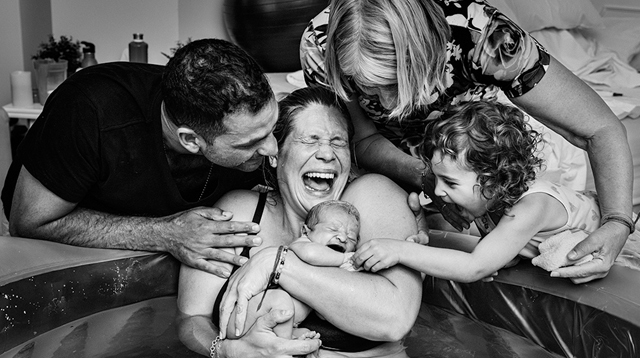 25 Amazing Images That Prove Childbirth Is a Family Affair