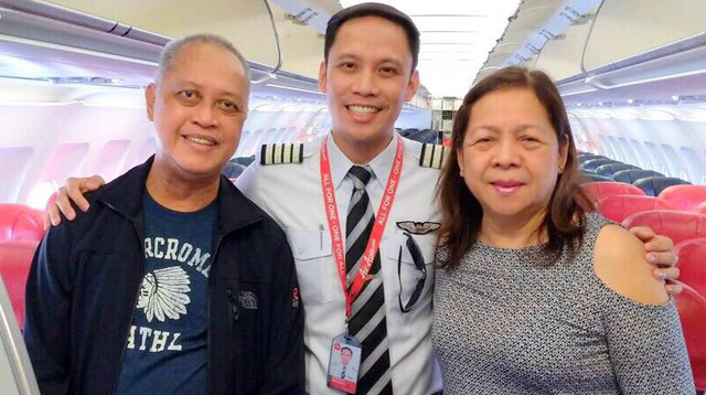 This Pilot Surprised His Parents With a Heartfelt In-Flight Message