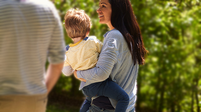 Hmm, a Study Suggests There Is a Better Side When Carrying Your Baby on the Hip