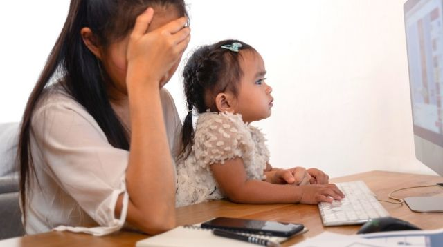 Paano Matatapos Ang Trabaho? Kids Interrupt Mom 27 Times During An 11-Minute Work Call