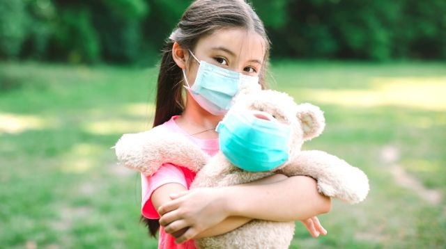 How To Safely Hug Loved Ones During A Pandemic, According To Infectious Disease Doctors