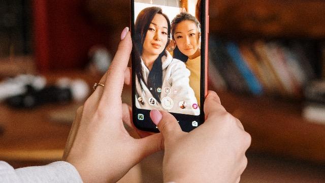 3 Epekto Ng Labis Na Pagse-Selfie Sa Pag-iisip Ng Dalaga Mo