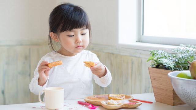 Ayaw Kumain Ng Toddler Mo? Nakakatawa (Pero Effective) Ang Parenting Hack Na Ito