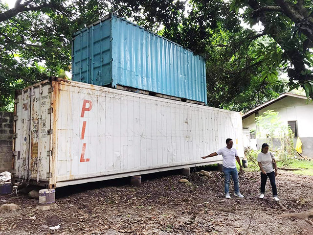Victoria decided to work with two container vans to achieve a more spacious rest house