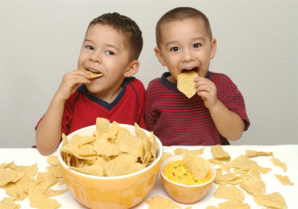 kids eating chips