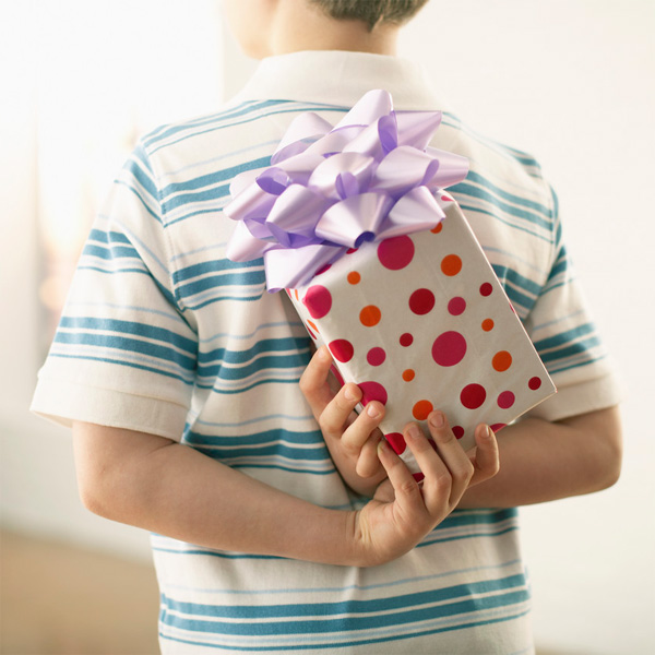 The Gift of Giving: 6 Ways to Involve your Kids in Meaningful Acts this Christmas