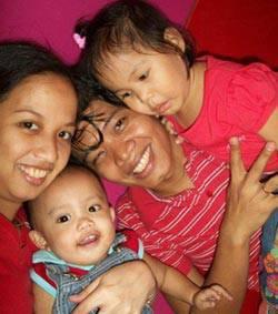 Ailene_Bueno_with_family_ci.jpg