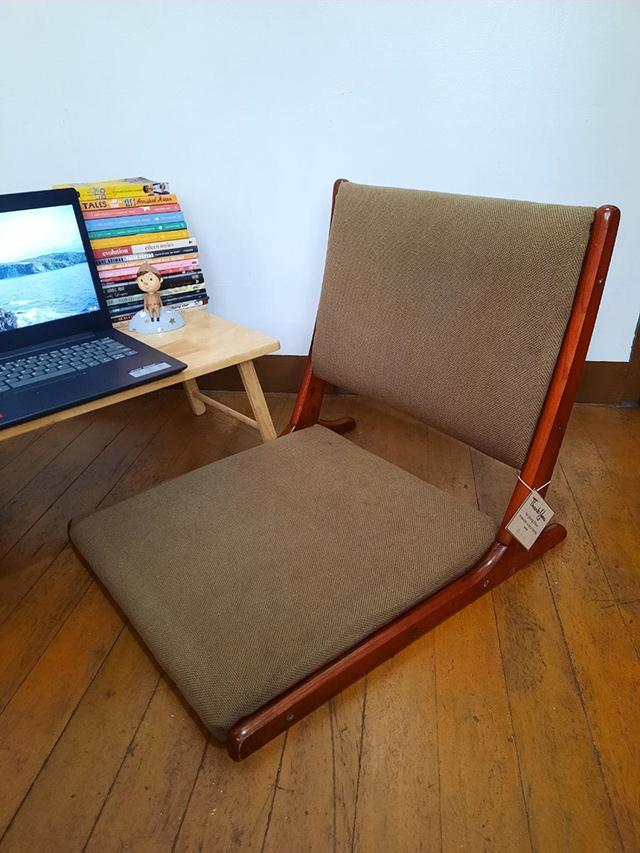 Foldable floor chair
