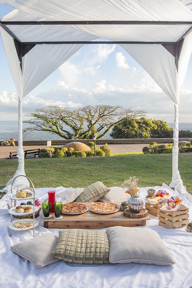 Tagaytay Hotel: Taal Vista Hotel lawn picnic