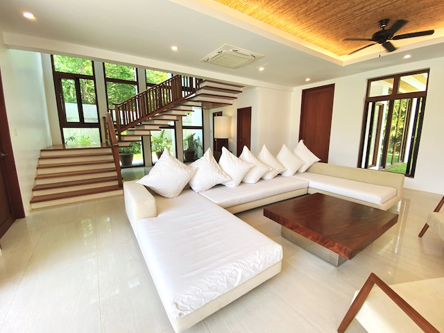 Presello House: Balai Tropicale living room with open layout