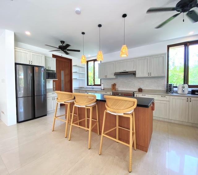 Presello House: Balai Tropicale's modern kitchen