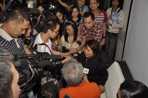 Domingo is mobbed by the press at the Kimmy Dora preview.