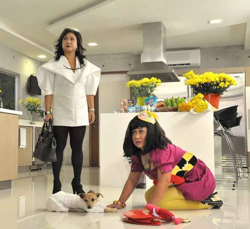 Eugene Domingo as Kimmy (left) and Dora (right).