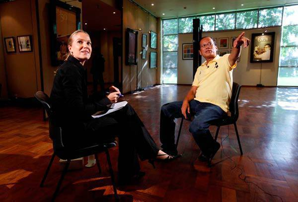 Noynoy   Aquino with CNN reporter Arwa Damon