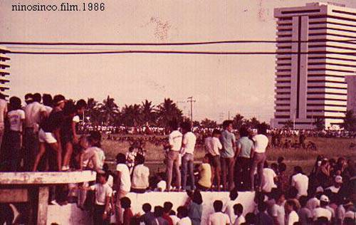 edsa people surrounding loyalist troops