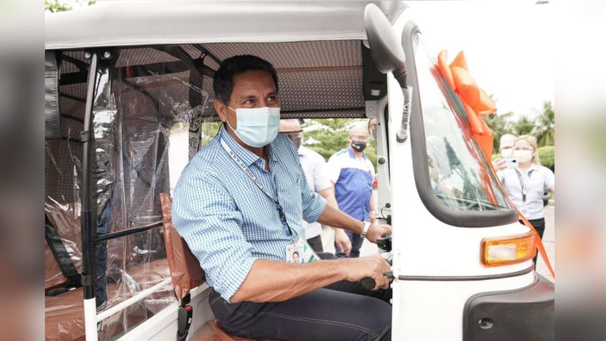 Richard Gomez driving the Bajaj RE