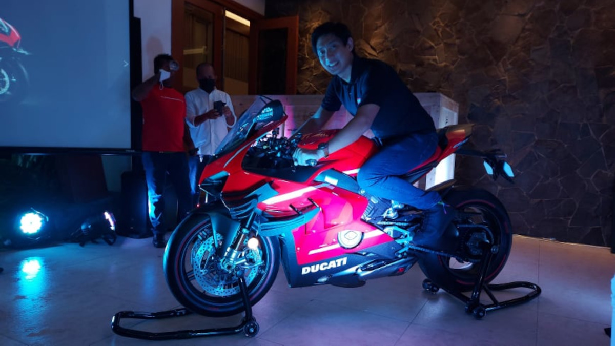 Wheeltek Motor Sales Corporation's VP for sales and marketing Roscoe Odulio with the Ducati Superleggera V4