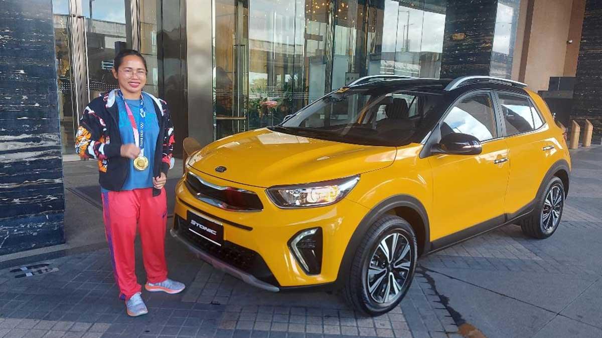 Pinoy Olympic medalist Hidilyn Diaz with her brand new Kia Stonic