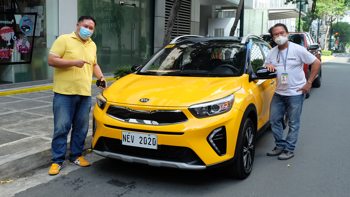 Anjo Perez and Aris Ilagan delivering the brand new Kia Stonic to Pinoy Olympic medalist Hidilyn Diaz