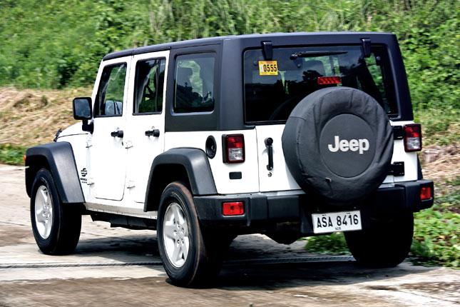 jeep wrangler unlimited sport vs toyota fj cruiser. Black Bedroom Furniture Sets. Home Design Ideas