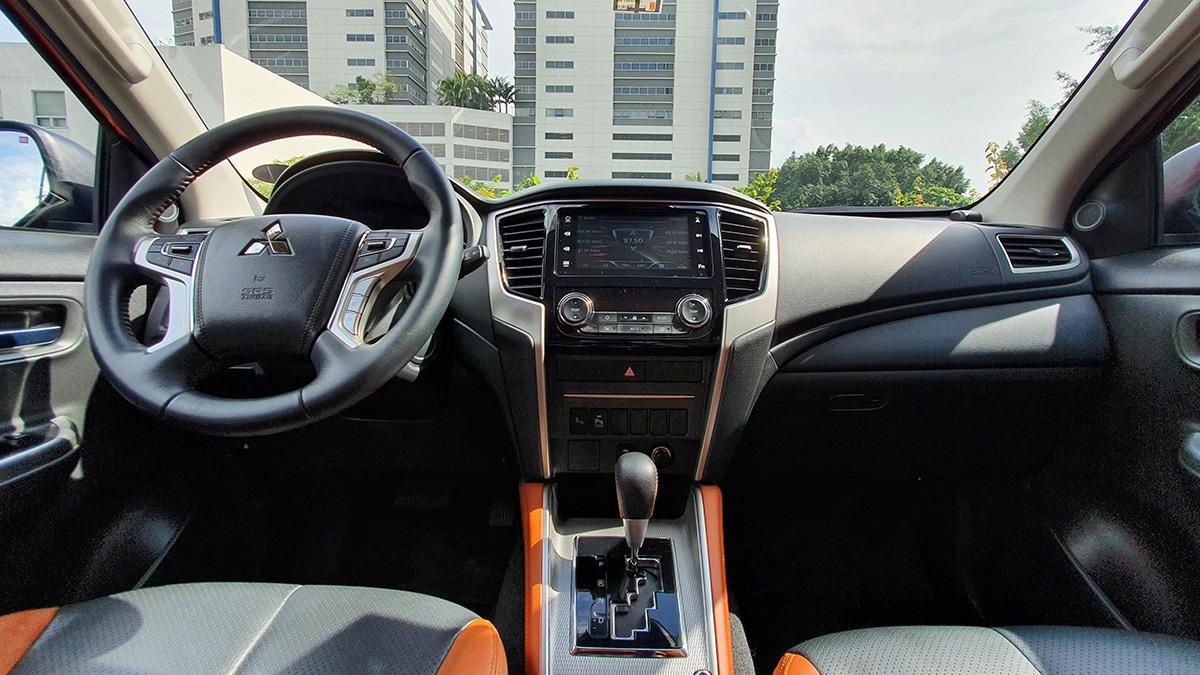 Mitsubishi Strada Athlete - Interior