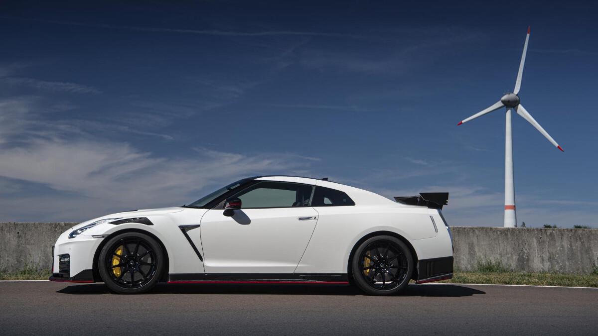 Nissan GT-R Nismo profile-side