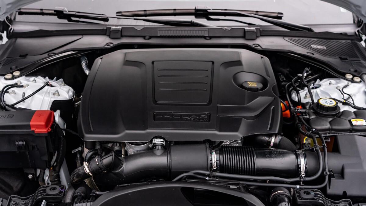 Jaguar XF P300 R-Dynamic - Engine