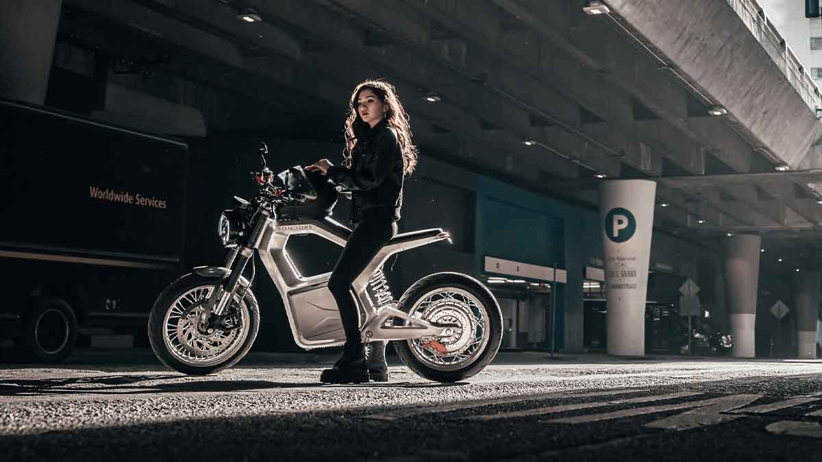 The Sondors Metacycle - In Action, Female Rider