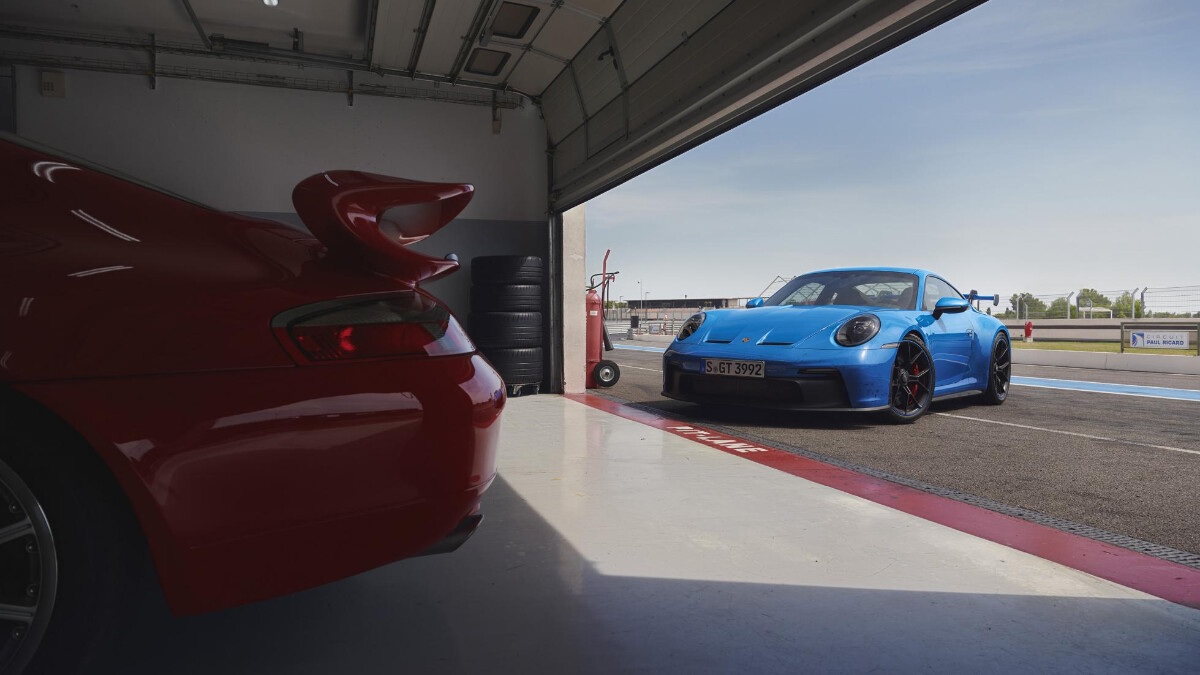 Porsche 911 GT3 entering an indoor garage