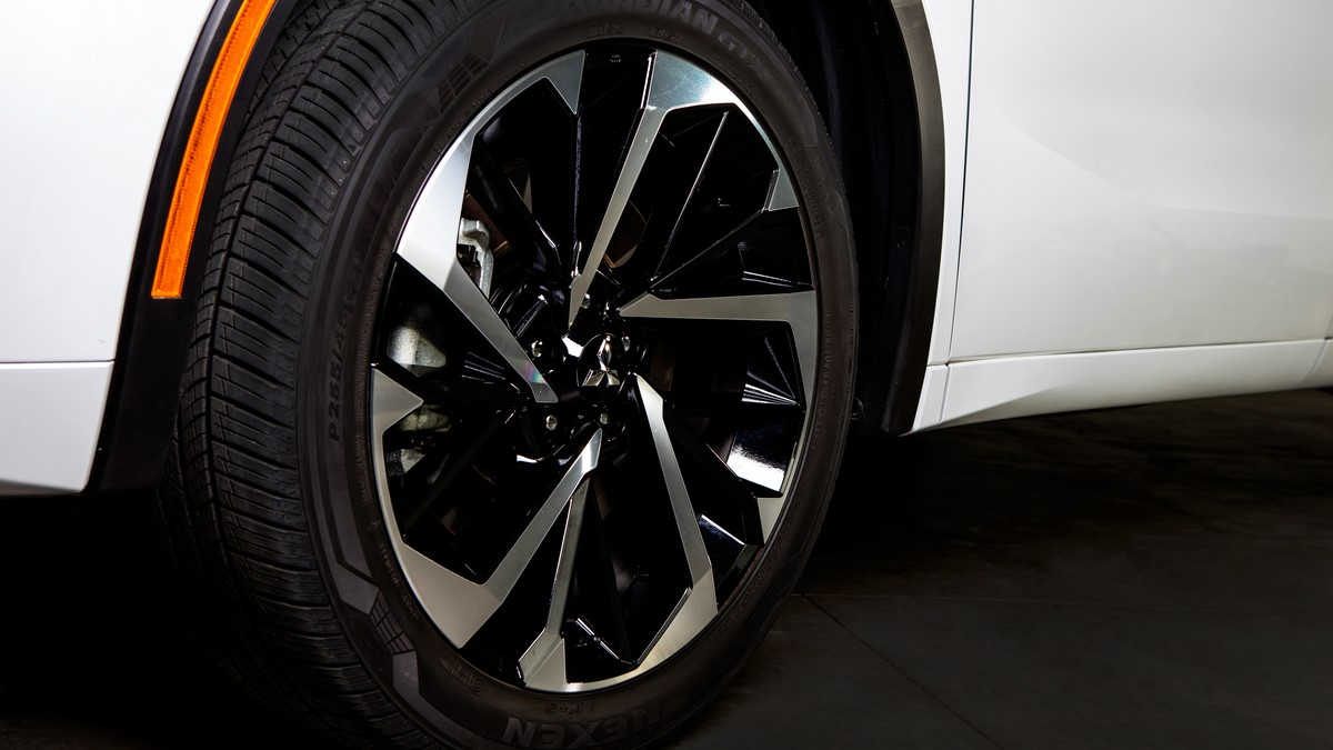 Mitsubishi Outlander tire details