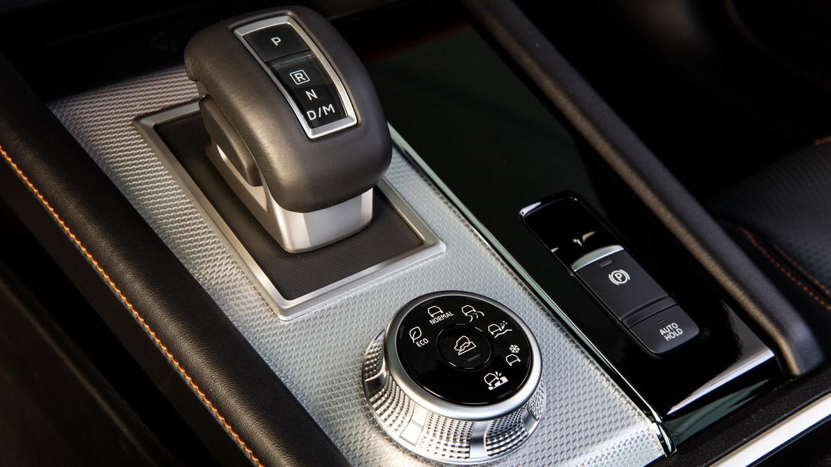 Mitsubishi Outlander gear stick and center console