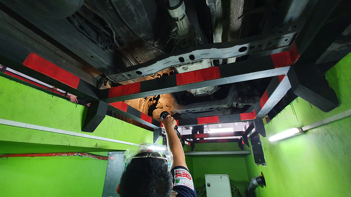 Checking the underchassis of the 2009 Toyota Fortuner