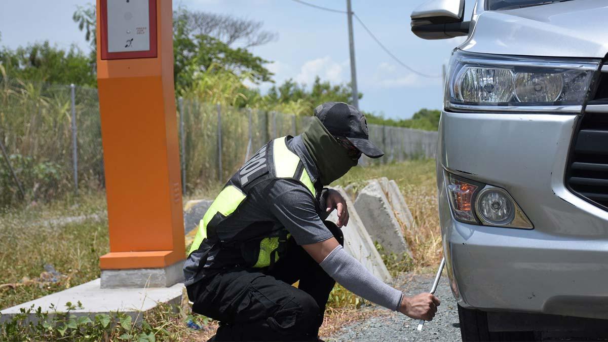A mechanic providing assistance through the Emergency Roadside Communication System.