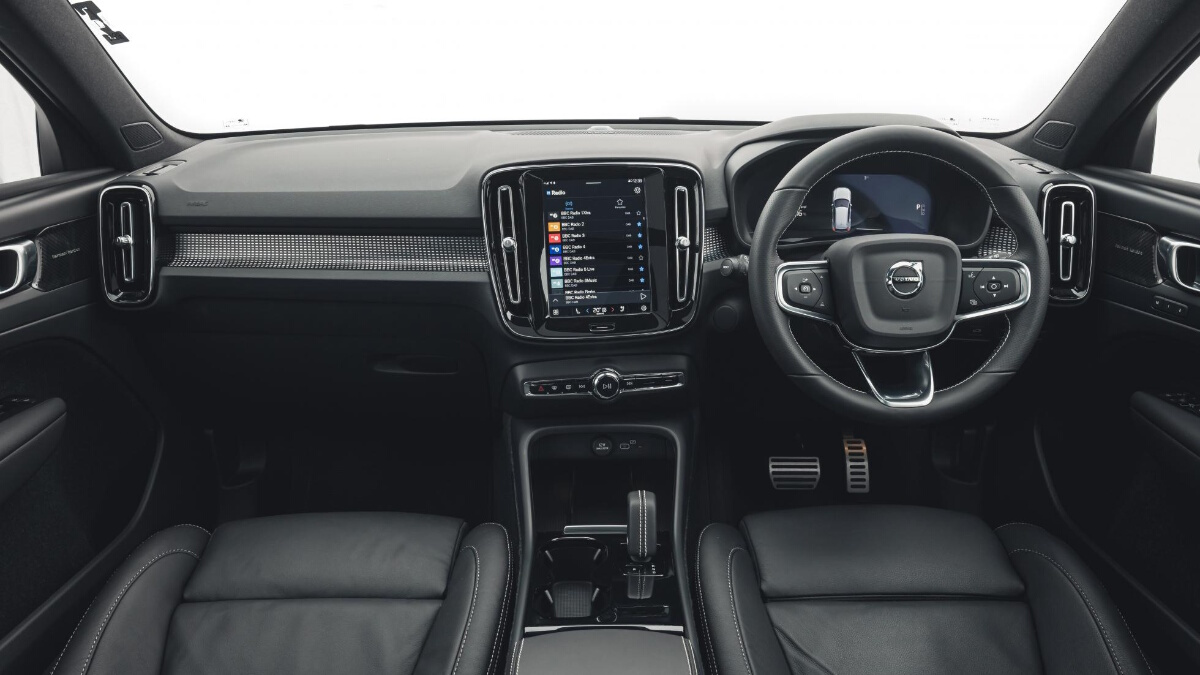Dashboard and Steering Wheel of the Volvo XC40 P8 Recharge