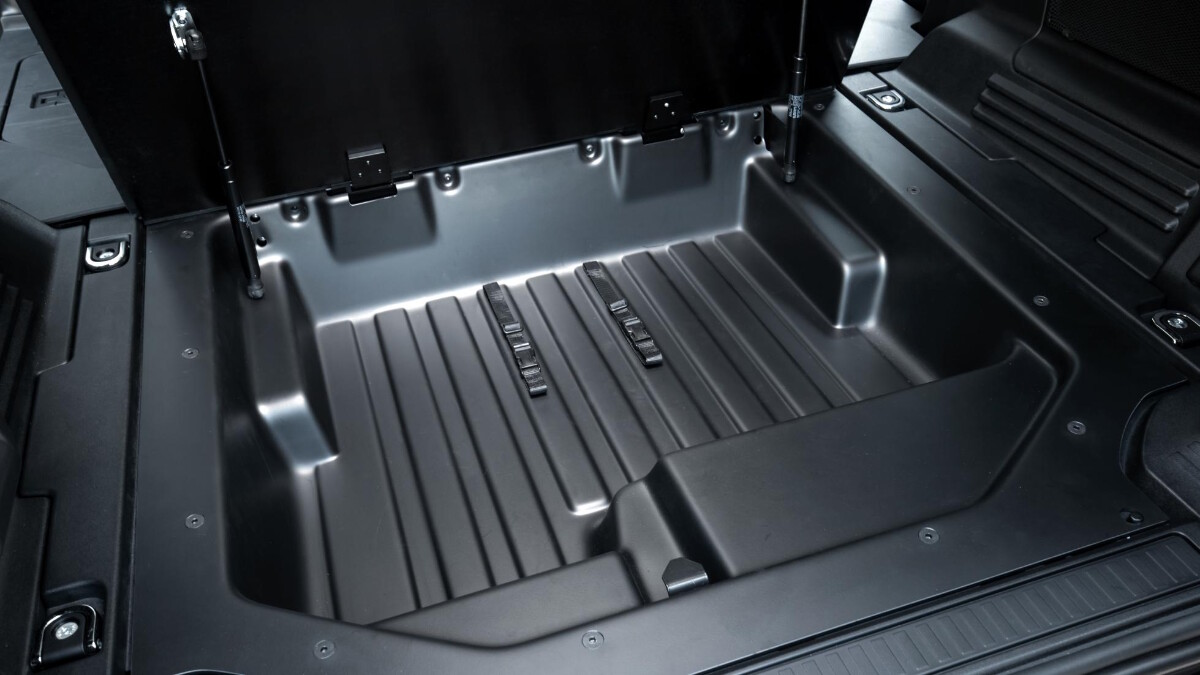 Additional storage room under the cargo bed of the Land Rover Defender Hard Top
