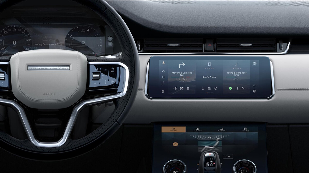 Steering wheel and infotainment system details of the Range Rover Evoque