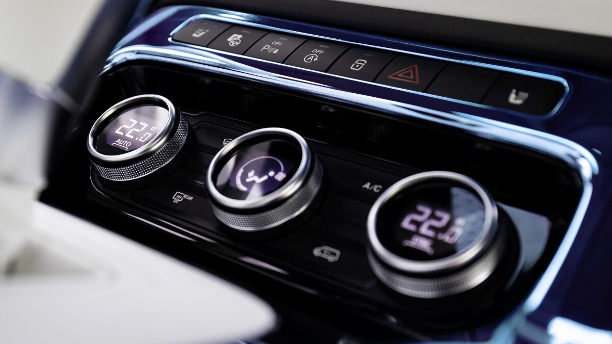 The airconditioning and center console controls of the Mercedes-Benz EQT Concept