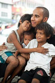 TopGear.com.ph Philippine Car News - Lewis Hamilton meets Manila's street children for UNICEF