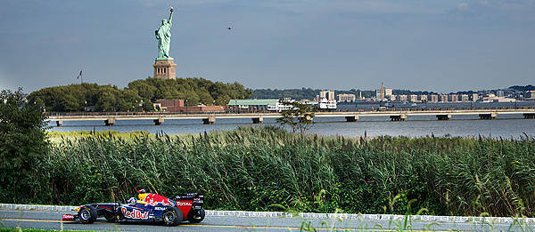 TopGear.com.ph Philippine Car News - Red Bull takes the RB7 Formula 1 car through New York, planned GP street circuit