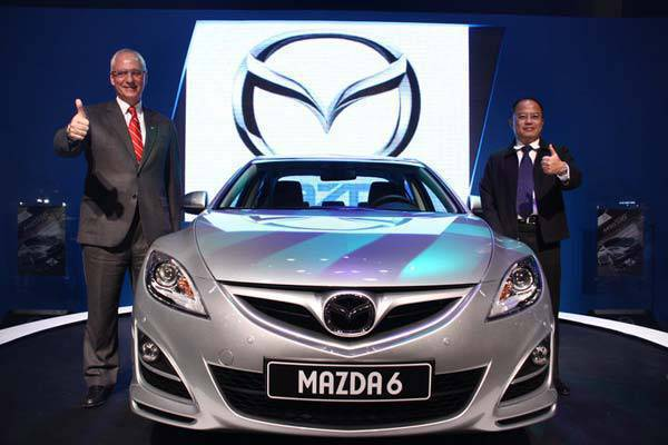 TopGear.com.ph Philippines Car News - Ford Group Philippines outgoing president Rick Baker (left) with Ford marketing and sales vice president Steven Tan with the new Mazda 6.