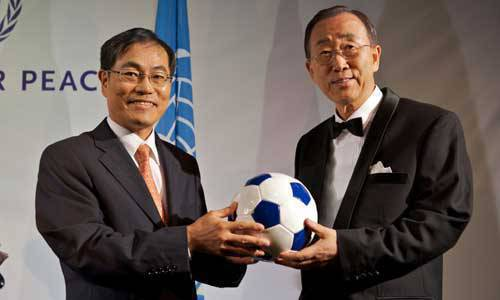 TopGear.com.ph Philippine Car News -Hyundai Motor president and chief executive Steve S. Yang (left) hands over Hyundai's first Dream Ball to the Secretary-General of the United Nations, Ban Ki-moon during the 'Sports for Peace Gala 2010' recently held in Johannesburg, South Africa as part of Hyundai's 'One Million Dream Balls for Africa' project.