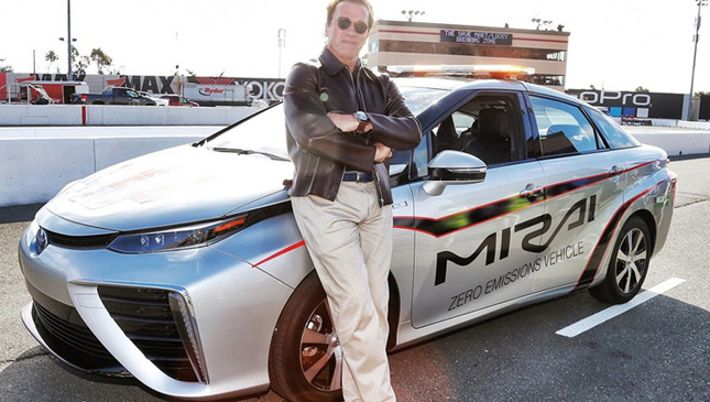 Schwarzenegger together with the Toyota Mirai