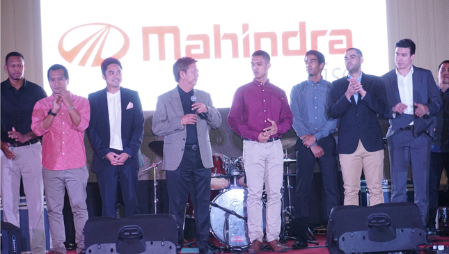Kia Players posing in front of Mahindra logo