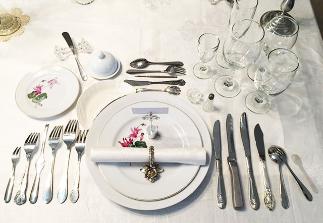 It is optional for formal dinners. These are taken away before dessert is served. In a table setting this is placed on the left side of the diner. & The Different Types of Dining Plates and Their Uses | Tu0026C Ph